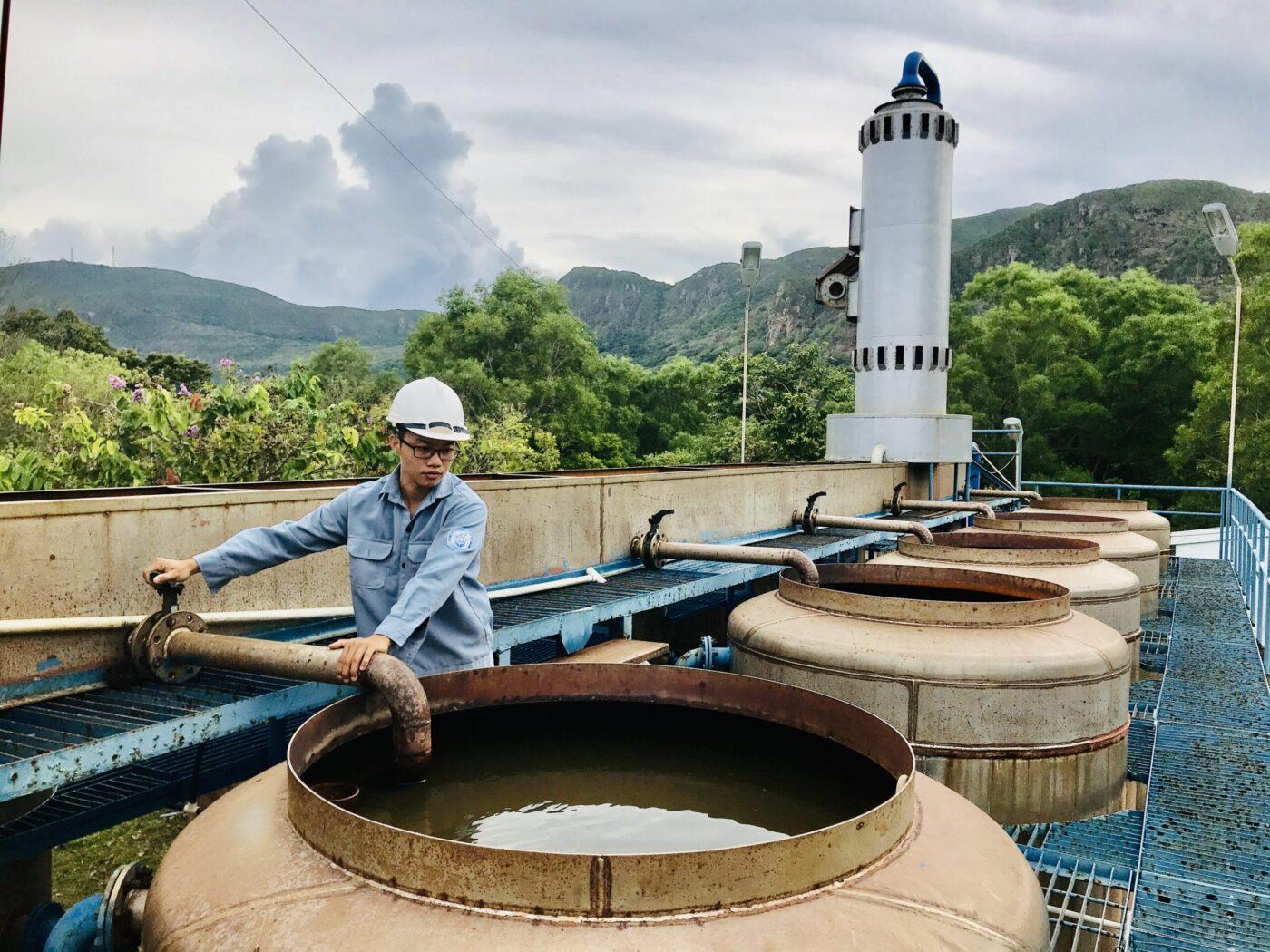Công nhân Trạm cấp nước Côn Đảo kiểm tra chất lượng nước đầu vào để sản xuất nước sạch cung cấp cho hoạt động sinh hoạt, sản xuất trên đảo.